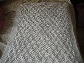 Copertina bianca per carrozzina e/o culla fatta ai ferri in pura lana baby