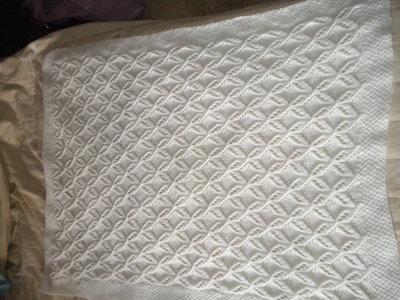 ... Copertina bianca per carrozzina e o culla fatta ai ferri in pura lana  baby ... 946122e647d2