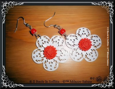 Orecchini in Filigrana bianca, con rosellina in resina e perline rosse