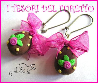 """Orecchini """"Ovetti di Pasqua"""" uova cioccolata fimo cernit kawaii handamade Cioccolato/FIOCCO ORGANZA FUCSIA"""