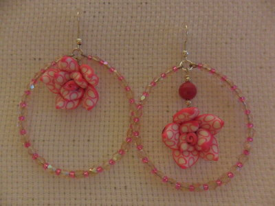 Orecchini a cerchio con rosa