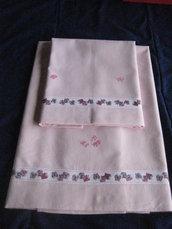 Lenzuolino Neonato Colore Rosa Ricamato in Tessuto di Puro Cotone