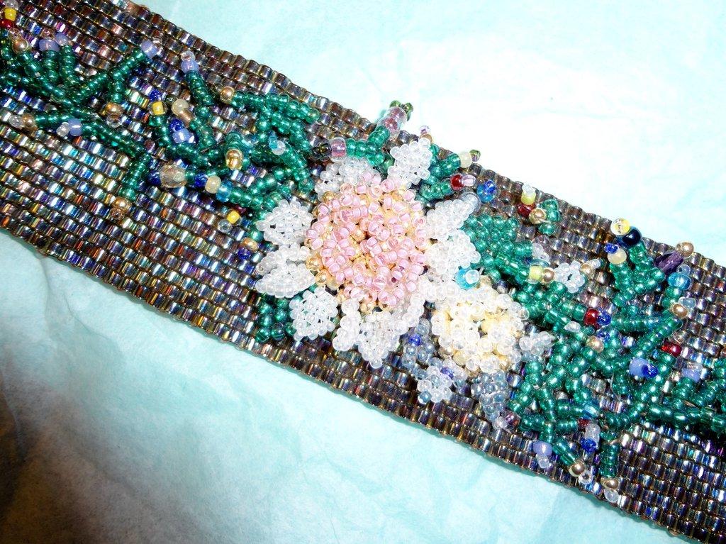 braccialetto peyote a fascia con applicazione in rilievo di fiori e foglie