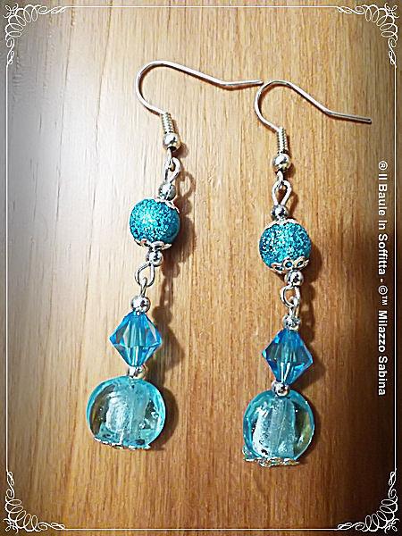 Orecchini pendenti con perla stardust, confetti e cristallo celesti.