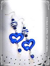 Orecchini con ciondolo a cuore e perle nei toni del blu e bianco