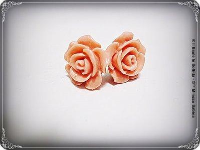 Orecchini per lobi forati con rosellina in resina rosa antico.