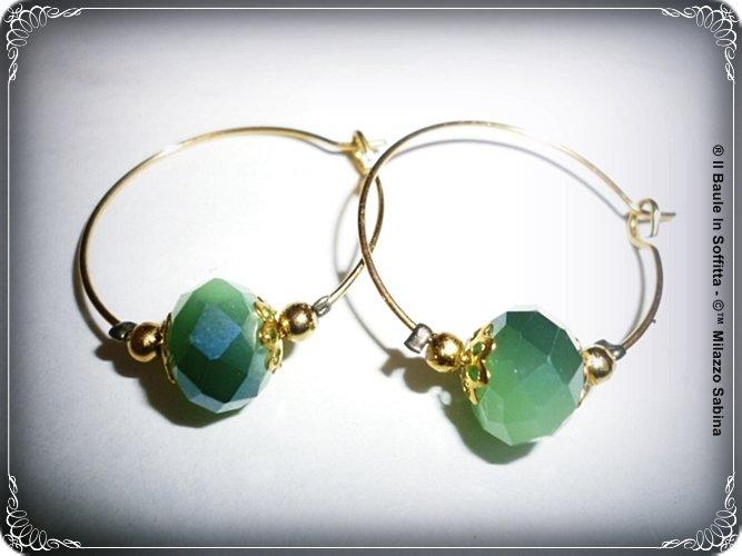 Orecchino a cerchio con cristallo swarovski sfaccettato, verde smeraldo.