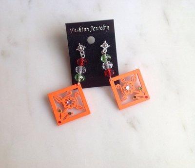 Orecchini primavera con cristalli e ciondolo intagliato in legno arancione