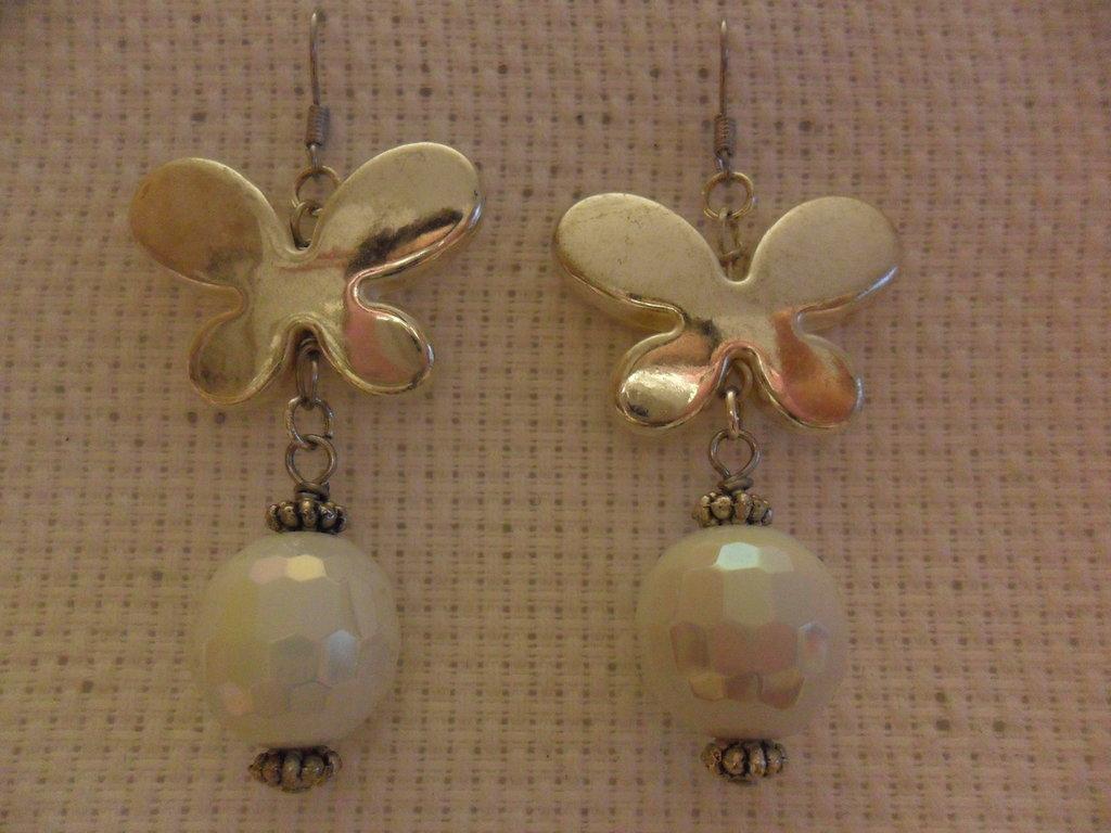 Orecchini bianchi con farfalla