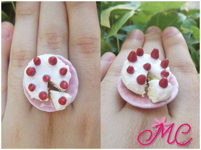 Anello miniatura torta con panna e fragole in fimo