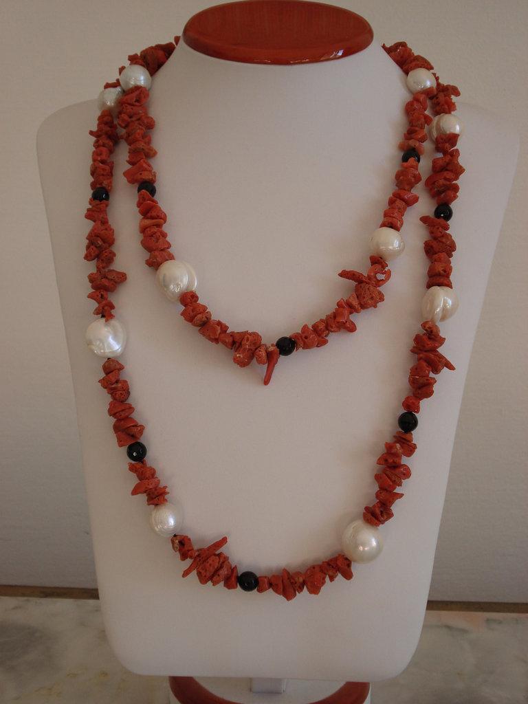 Collana di corallo, perle barocche e onice nero
