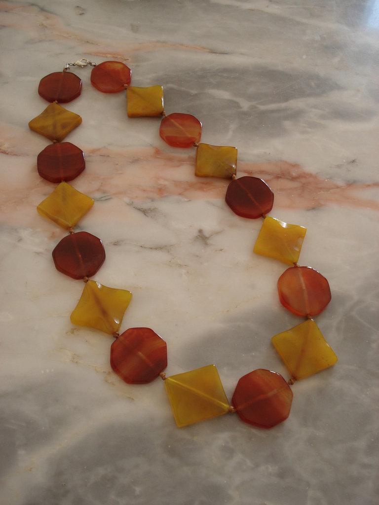 Collana con rombi di agata gialla e ottagoni di corniola