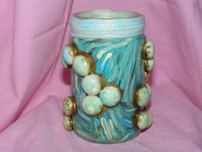 vasetto con sfere di vetro bianche