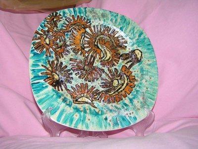 piatto di ceramica con bucce di arancia