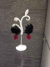 orecchini con ricamo nero e quarzo rosa