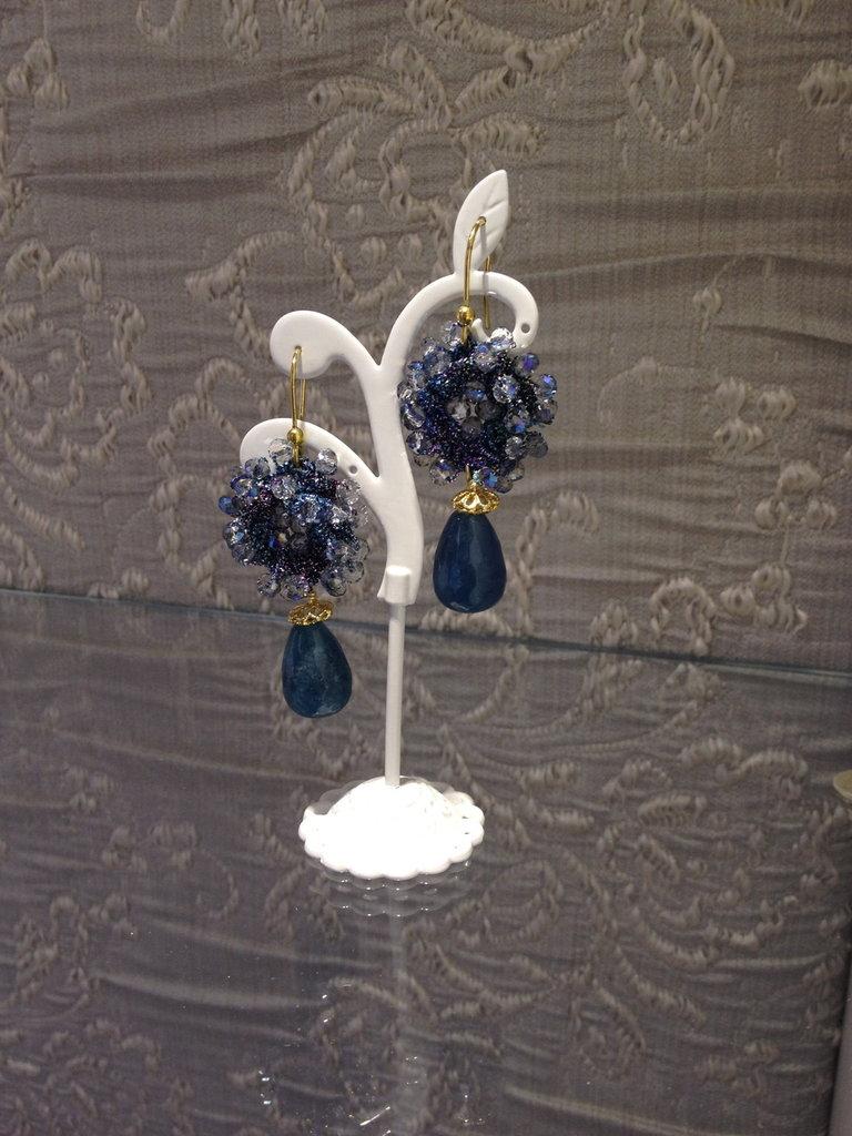 orecchini con ricamo celeste e quarzo azzurro fatti a mano
