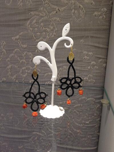 orecchini con ricamo nero ,corallo, argento