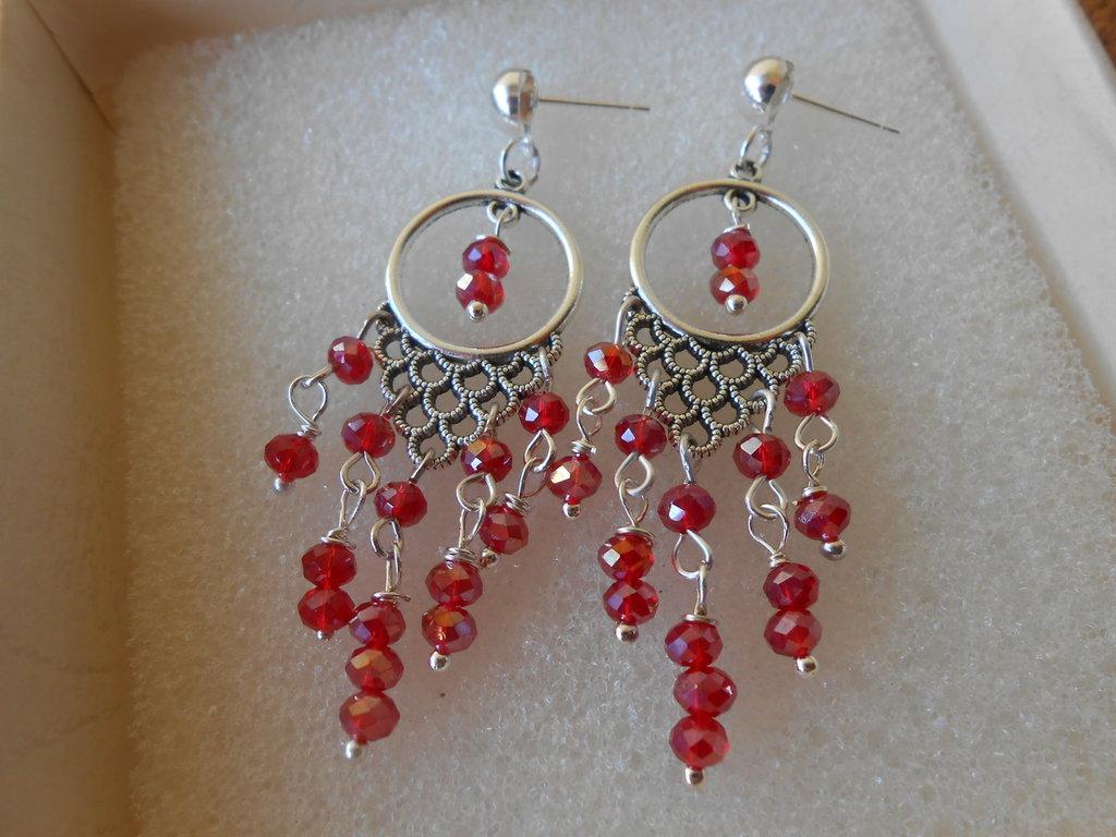 Orecchini pendenti chandelier fatti a mano con cristalli rossi, idea regalo.