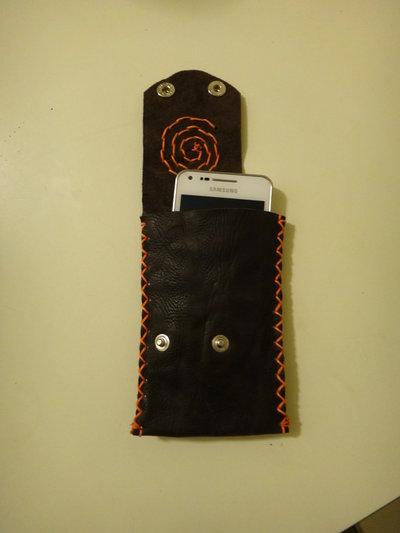 Custodia per cellulare in pelle marrone con ricamo arancio e bottoni a pressione, fatto a mano