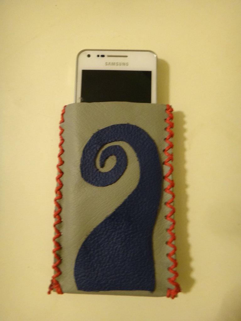 Custodia per cellulare in pelle grigia con cucitura in cordino di cotone cerato rosso ed inserto in pelle blu, fatto a mano