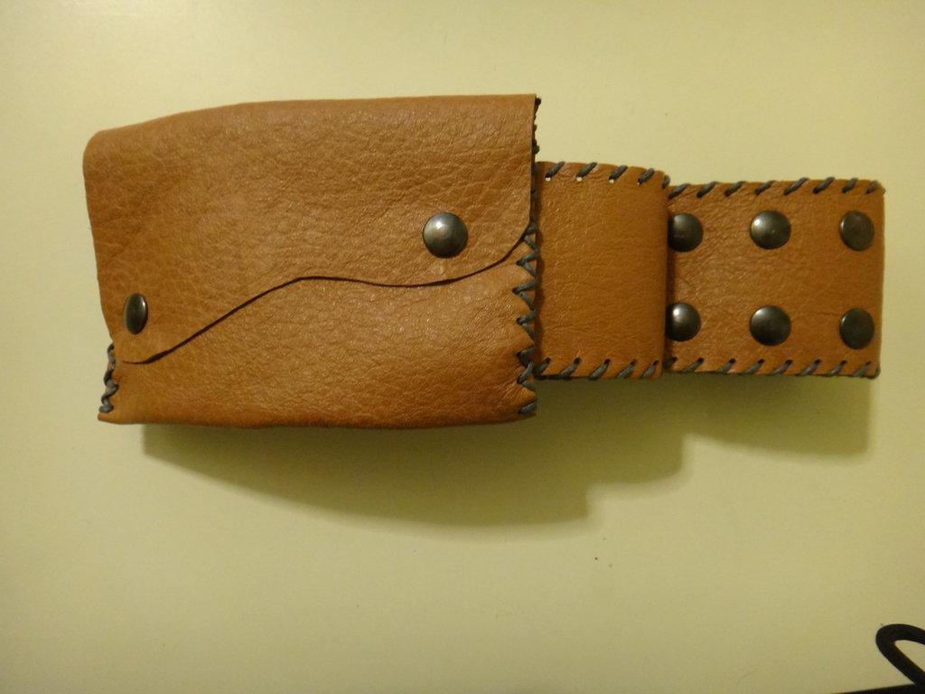 cintura con borsetta in pelle marrone e cuciture grigie, borsetta staccabile. Fatto a mano.