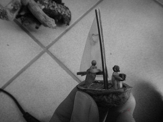 coppia di innamorati in barca a vela fatti di semi e spezie