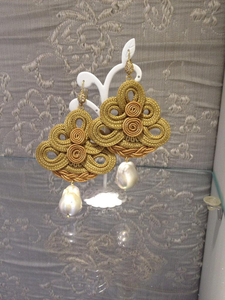 orecchini con ricamo beige e perle grigie