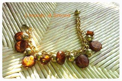 bracciale con pendenti charms oro e marrone/ambra