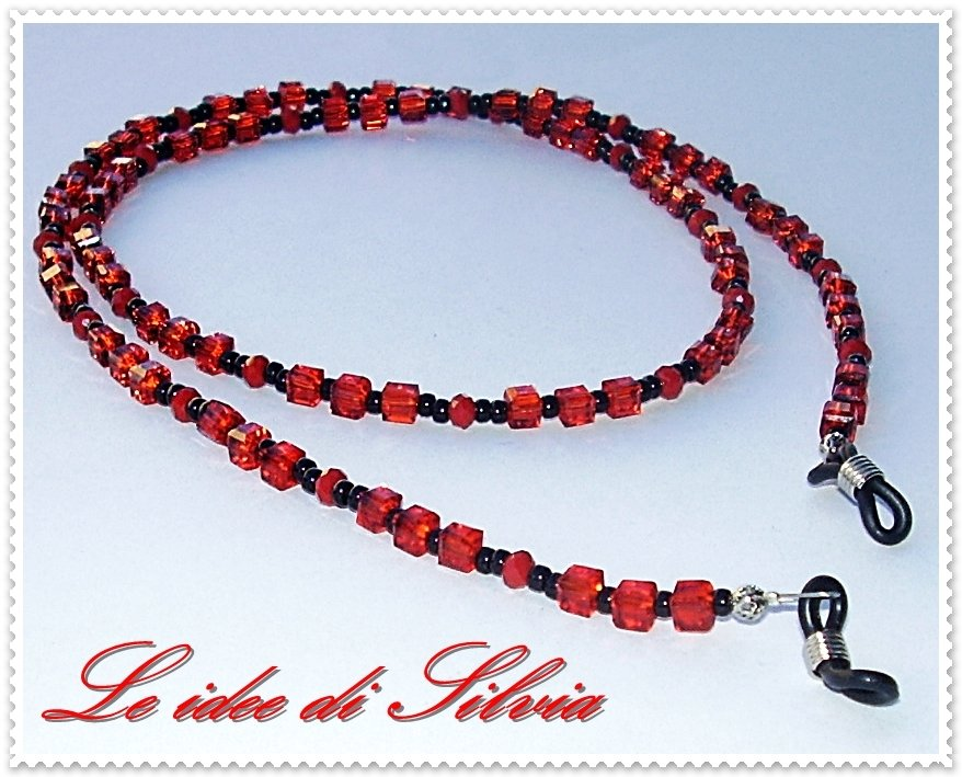 Laccetto per occhiali con cristallo rosso, mezzo cristallo rosso e rocailles nere