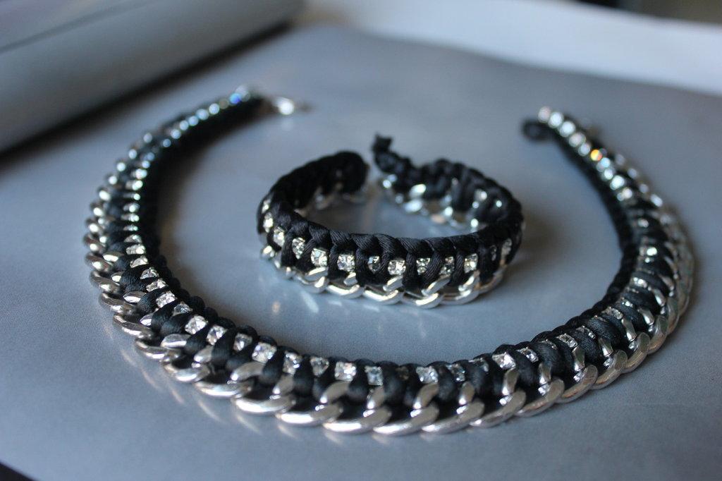 collana e bracciale con catena e cristalli