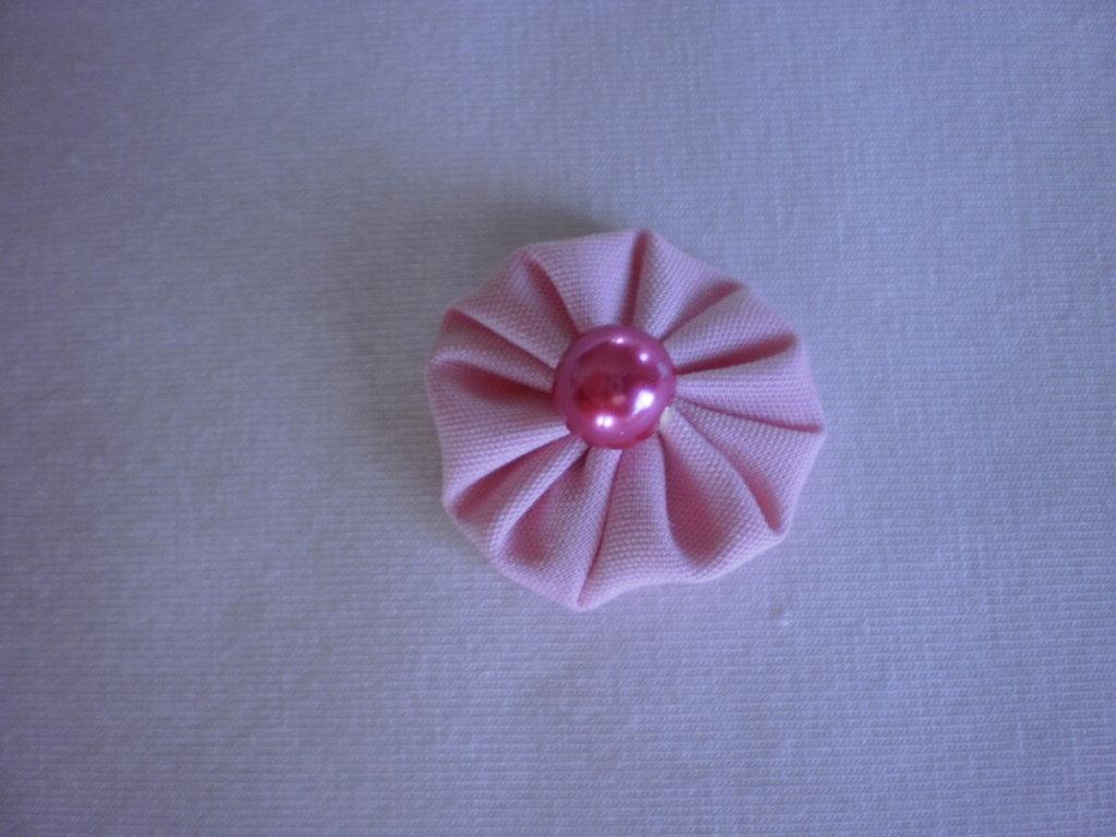Yo-yo circolare (diametro 3 cm) di stoffa color rosa chiaro