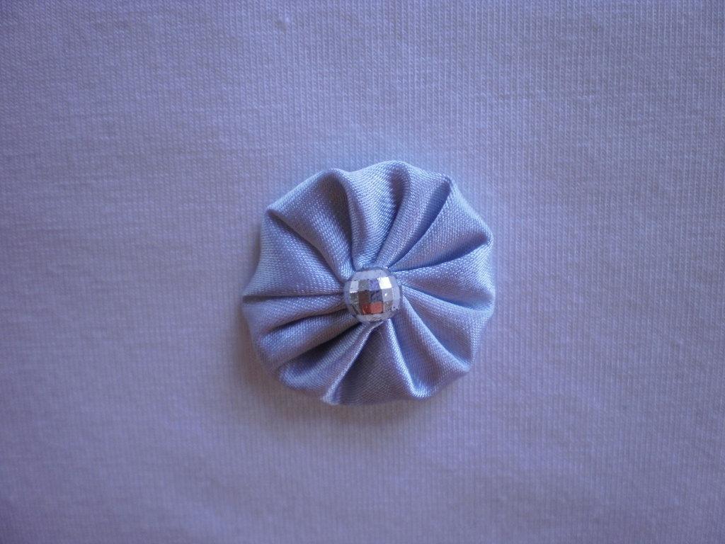 Yo-yo circolare (diametro 3 cm) di stoffa color grigio perla