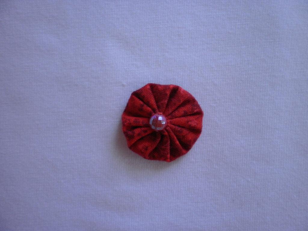 Yo-yo circolare (diametro 3 cm) di stoffa color rosso