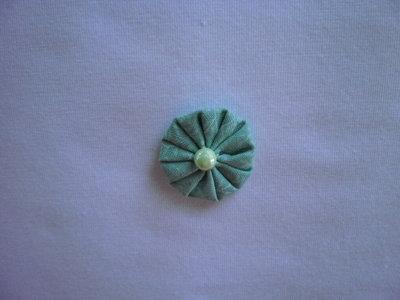 Yo-yo circolare (diametro 3 cm) di stoffa color verde chiaro