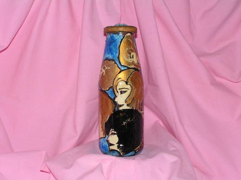 Bottiglia decorata con volti