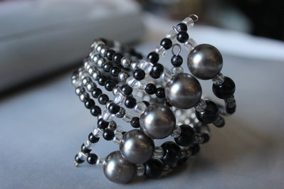 Braccialetto con importanti perle grigie e perline alternate grige nere ,fatto a mano
