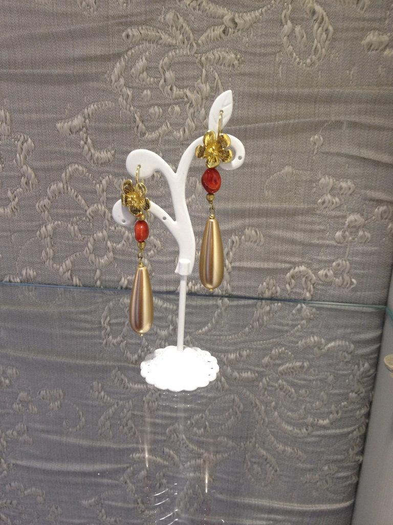 orecchino dotati con corallo e monachella margherita