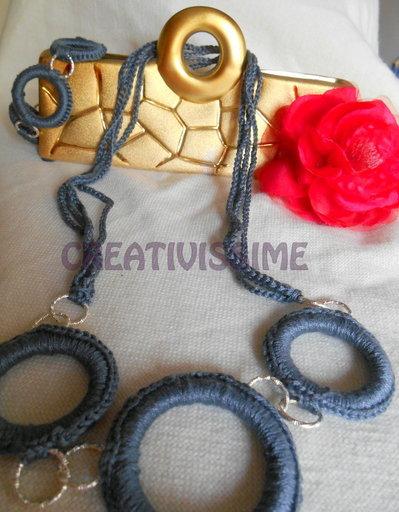 Collana e braccialetto all'uncinetto con cerchi fatta a mano
