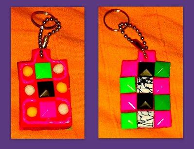 portachiave con borchie colorate e pom poms