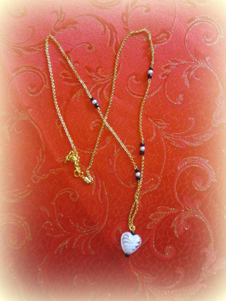 collana dorata con cuore pendente bianco