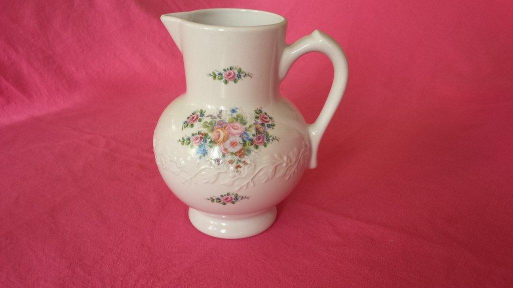 Brocca floreale in porcellana