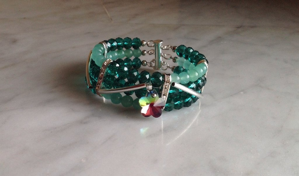 Bracciale tre giri in mezzo cristallo ed agata verdi con ciondolo