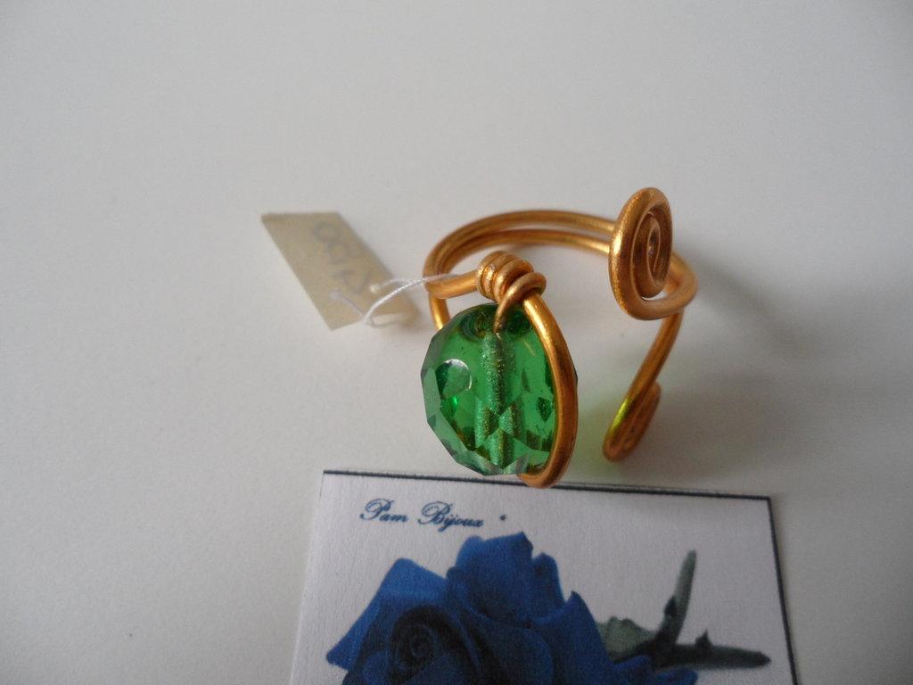 Anello Dorato con Mezzo Cristallo Verde