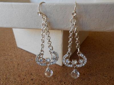 Orecchini  con catene argentate brillantini e cristallo trasparente, idea regalo.