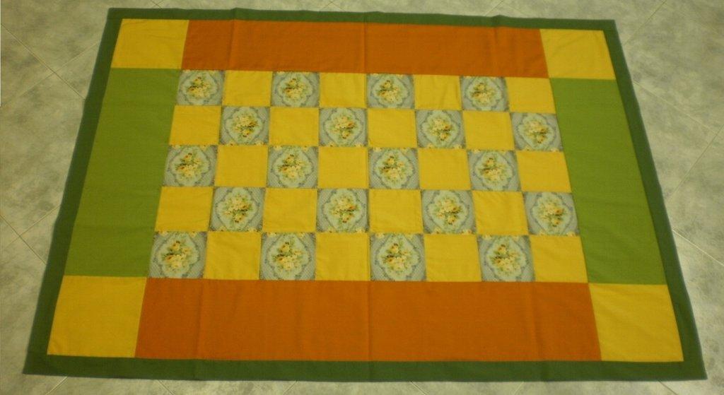 Copritavolo patchwork di stoffa gialla, arancio, verde, fiori