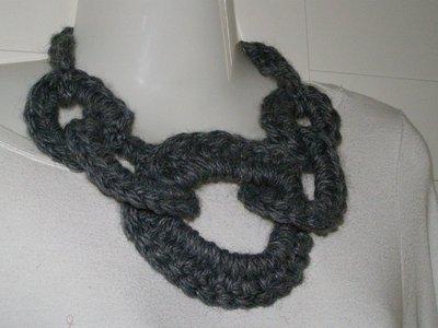 collana in lana con cerchi concentrici