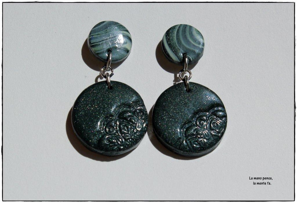 Orecchini tondi pendenti verde metallizzato