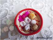 Cestini in miniatura con dolci sardi in fimo