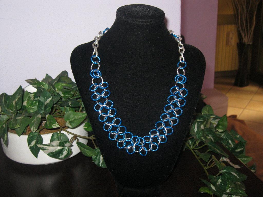Girocolllo e orecchini di colore blu fluorescente