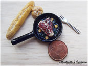 Miniatura in scala 1:12 padella con bisteccha in fimo